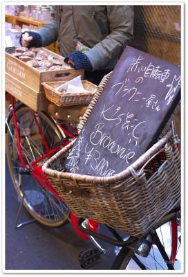 ハーモニカ横丁朝市_赤い自転車のブラウニー